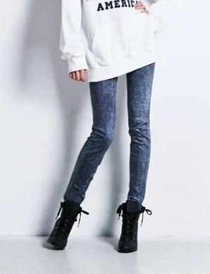 Dopasowane niebieskie legginsy imitujące spodnie dżinsowe