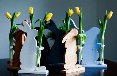 Wielkanocny zając z wazonem