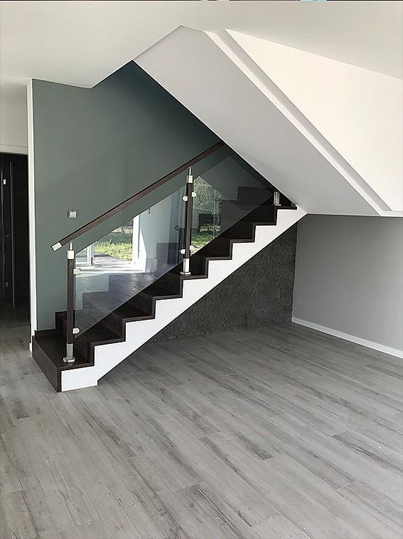 Drewniane schody w salonie