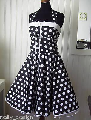 Czarna sukienka w białe groszki.