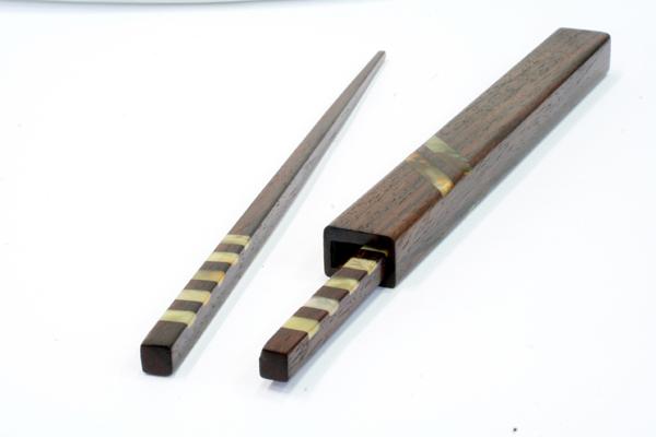 Oryginalne pałeczki do sushi w drewnianym futerale