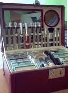Kuferek pełen kosmetyków