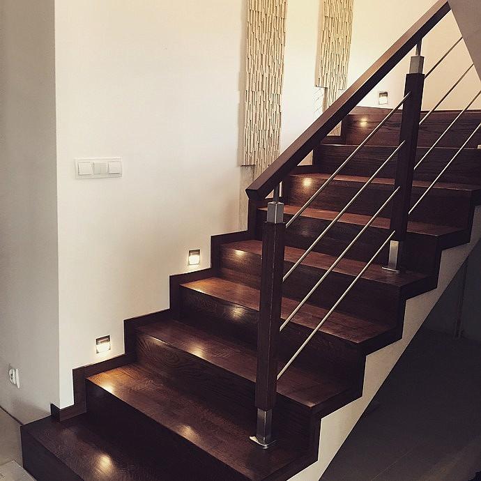 Ciemne schody drewniane z podświetleniem