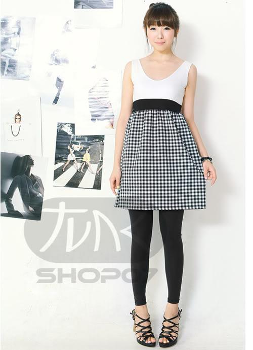 biało-czarna sukienka, z kratką w dole :D