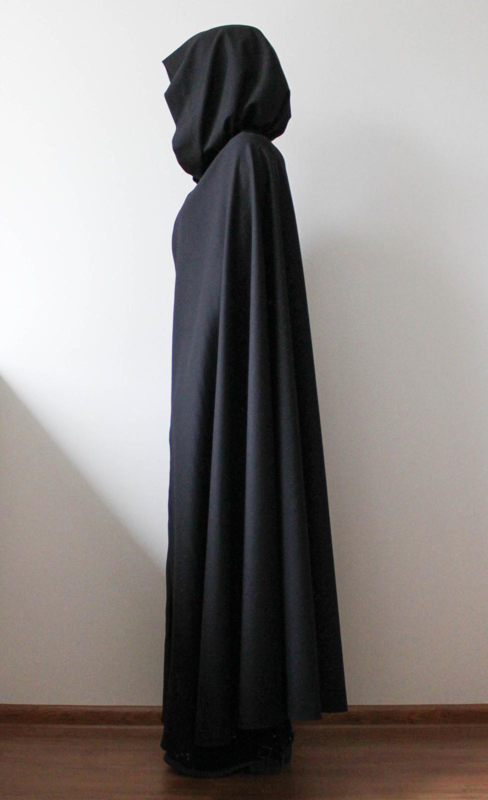 Czarna peleryna średniowieczna