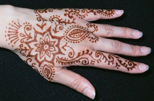 wzory na dłoni wedle hinduskich obyczajów