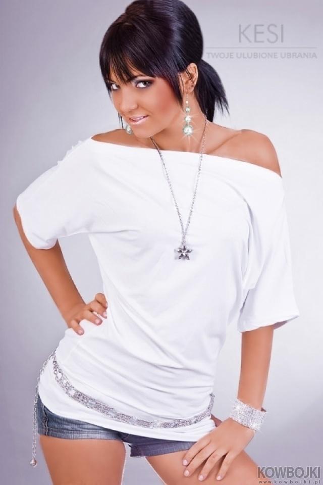 Luźna bluzka :D (niekoniecznie biała, najlepiej jakiegoś koloru)