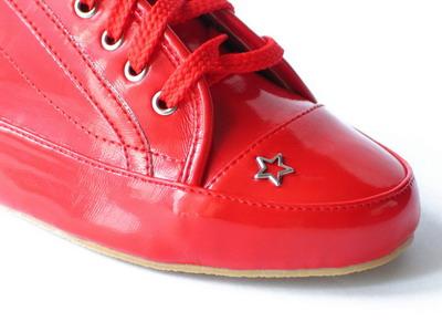 Czerwone trampki z gwiazdką