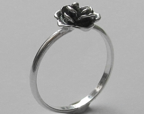 Pierścionek srebrny różyczka