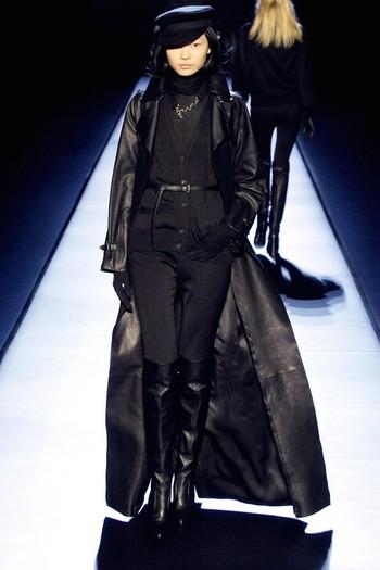 Czarny długi płaszcz