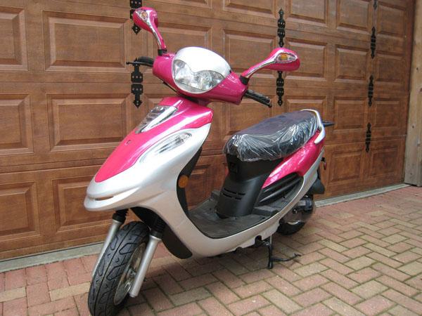 Różowy skuter