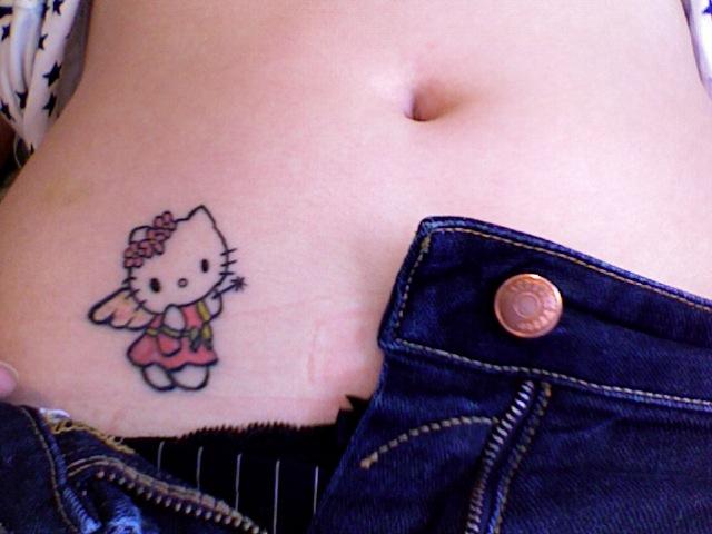 Tatuaż na biodrze z hello kitty