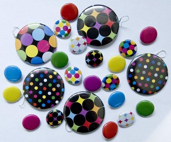 Dużo kolorowych przypinek. ;)