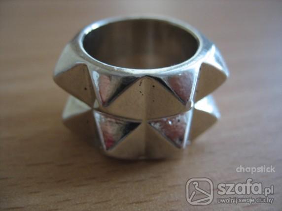 pierścień z ćwiekami