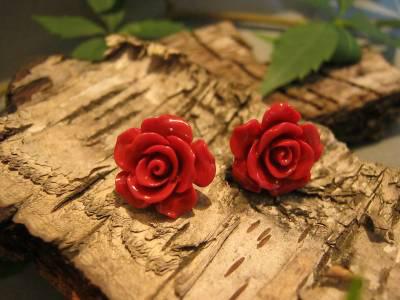 Czerwone różyczki w srebrze – urzekające kolczyki