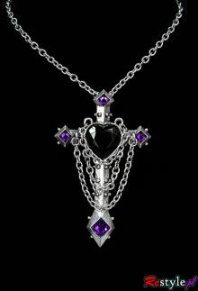 Gotycki krzyż z kamieniami i łańcuchami